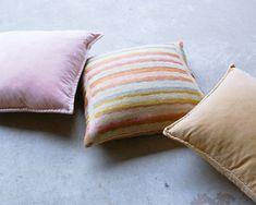 Zomers linnen kussen met strepen, prachtig in combinatie met  stonewashed fluwelen kussens in flamingo roze en oranje. Velvet Cushions, Rio, Throw Pillows, Flamingo, Fabrics, Concept, Flamingo Bird, Tejidos, Toss Pillows