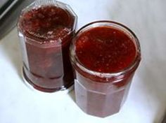 1 Cueillez des fruits murs et sains en évitant trop de manipulations. les fraises sont très fragiles. 2 Laver les fruits au jet doux dans une passoire s'ils sont propres... 3 ... ou plongez les dans l'eau fraîche sans les équeuter s'ils sont un peu salis par les pluies. 4 égouttez et équeutez les fraises. 5 Pesez vos fruits. 6 Versez les dans un récipient adapté à la quantité. 7 Ajouter le même poids de sucre que de fruits, couvrez et laissez le sucre faire son travail une nuit.