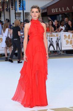 Amber Heard en robe vaporeuse rouge Emilio Pucci automne-hiver 2014-2015 robe à volant première Magic Mike XXL