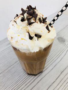 Ijskoffie maken - Overheerlijk ijskoffie recept - Snel & gemakkelijk | PinGetest Cocktail Drinks, Cocktails, Frozen Coffee, Coffee Recipes, Bbq, Deserts, Good Food, Ice Cream, Pudding