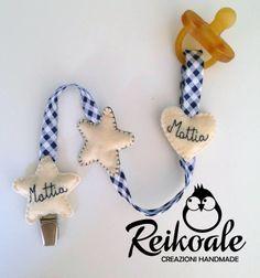 #fattoamano #handmade #reikoale #creazioni #pannolenci #feltro #nome #portaciuccio Dummy Clips, Bookmarks, Christmas Ornaments, Holiday Decor, Children, Fabric, Crafts, Pacifiers, Homemade Home Decor