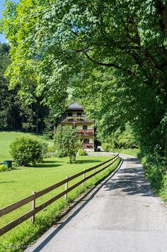 Walking Over Sankt Wolfgang Walking, Stunning View, Nature Photos, Railroad Tracks, Sidewalk, House Styles, Jogging, Walks, Walkways
