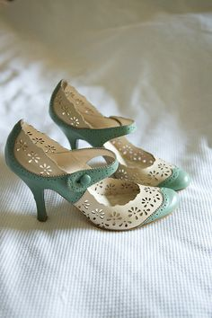 I want a pair of these vintage shoes love love the roaring twentys