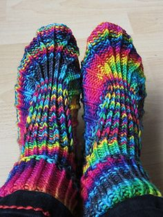 Comfy slippers to keep your toes toasty on a chilly night. A pair in size medium needs no more than a couple of hours knitting time and one skein of worsted weight yarn – the perfect pattern for those odd skeins most knitters have in stash.    The pattern comes in three sizes, small, medium and large, and due to the stitch pattern the slippers have got a lot of stretch and fit several shoe sizes comfortably.