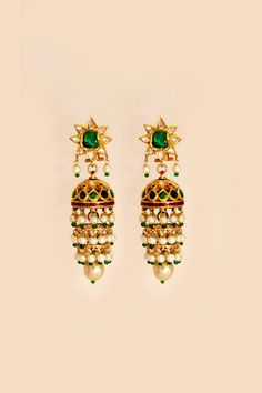 The innovatively crafted gold jhumki is emulated with a refreshing take on classic glamour. The charming earrings are executed with the top ...