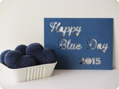 *Tadaam !: Happy Blue Day 2015 Place Cards, Crochet, Place Card Holders, Hui, Happy, Autism Awareness, Two Hands, Cute Stuff, Creative Crafts