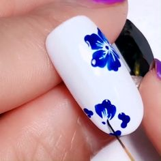 Nails Discover Super Easy Floral Nail Design This nail tech nailed this design Nail Design Glitter, Nails Design With Rhinestones, Blue Nails With Design, Purple Nail, Blue Nails Art, White Gel Nails, White Nail Art, Nail Art Designs Videos, Nail Art Videos