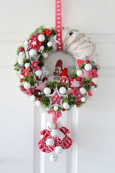 Here are 16 awesome ideas for diy Christmas decorations. Christmas Advent Wreath, Christmas Gift Decorations, Christmas Scenes, Noel Christmas, Holiday Wreaths, Christmas Projects, Diy Crafts For Gifts, Diy Weihnachten, Christmas Inspiration