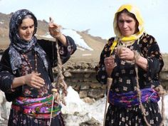 Women spinning wool in Kurdistan. Old Pictures, Cute Pictures, Iran Pictures, The Kurds, Spinning Wool, Folk Clothing, Woman Painting, Traditional Outfits, Beauty And The Beast