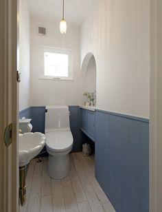 シャビーブルーに漆喰の外壁。憧れのカフェスタイルの家 Interior Decorating, Toilet Room, Diy Home Interior, Room Interior, Cafe Style, House Interior, Small Bathroom, Diy Interior Decor, Toilet Tiles