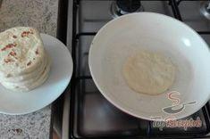 Recept elkészítése Extra gyors sajtos-fokhagymás kenyérlepény. Akár kenyér helyett!, lépés 1 Decorative Plates, Dairy, Pizza, Cheese, Super, Food, Potato Latkes, Garlic Mushrooms, Top Recipes
