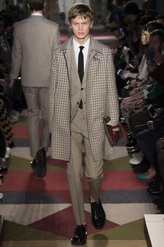 See all the Collection photos from Valentino Autumn/Winter 2015 Menswear now on British Vogue Fashion Week Hommes, Fashion Week 2015, Men Fashion Show, Mens Fashion Blog, Fashion Design, High Fashion, Paris Fashion, Women's Fashion, Fashion Ideas
