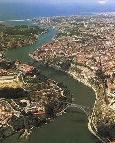 River flows by porto into the Atlantic Ocean which is blue at the top ░ Rio Douro , Porto , Portugal