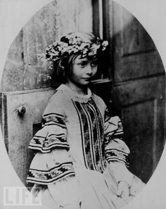 This is a photograph of Alice Liddell - that was taken by Charles Dodgson aka Lewis Carroll. He took many photos of Alice Liddell and her sisters and created the Alice in Wonderland stories to entertain them Alice Liddell, Lewis Carroll, Vintage Pictures, Old Pictures, Old Photos, Rare Photos, Julia Margaret Cameron, Foto Portrait, Adventures In Wonderland