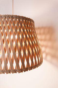 O designer Benjamin Spoth desenvolveu uma série de luminárias chamada Upcycle, feita a partir de tiras retorcidas de madeira prensada e armações de metal.