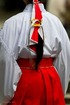 In Love with Japan Japanese Shrine, Japanese Kimono, Japanese Tree, Shrine Maiden, Japanese Costume, Japanese Outfits, Japanese Clothing, Japanese Beauty, Yukata