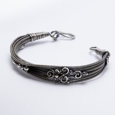 Intermediate class,Inspired by the lily leaves, take your weaving skills to a new height in this bracelet that goes from flat to tubular for added depth.
