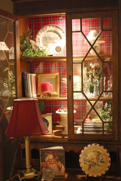 Eye For Design: Decorating With Tartan Plaid. It's easy to add a tartan or plaid fabric to the inside of a bookcase or curio. It's a creative way to get the Scottish flair into your home decor. Tartan Christmas, Christmas Dishes, Christmas Vignette, Xmas, Christmas Kitchen, Christmas Paper, Christmas Wrapping, Rustic Christmas, Cool Ideas