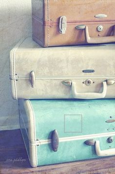 My Dad bought my Mom luggage in 1942 when they were married. I have the ivory, vintage Samsonite pieces stacked on an armoire in my guest room.--Lindas malas e a história também!