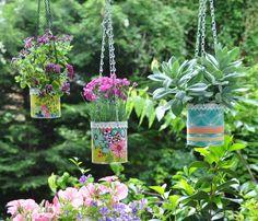 Auf meinem Balkon kann es nicht genug grünen! Da das Balkongeländer schon komplett mit Blumenkästen voll hängt, musste ich mir etwas wanderes überlegen, um es noch grüner zu machen: Hängeblumentöpfe! Ich habe von den Balkonbalken einfach ein dickes Seil gespannt von links nach rechts und mit Haken bestückt. Es mussten nun nur noch ein paar schöne Blumentöpfe her zum aufhängen. Also habe ich ein paar alte Dosen kurzerhand umfunktioniert.