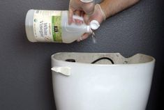 He Poured Vinegar In The Toilet Tank, And Then Let The Water Run. These Tricks Of The Household Will Delight You (Video) - Natural And Healthy World Green Cleaning, Natural Cleaning Products, Clean House, Good To Know, Cleaning Hacks, Vinegar, Plastic Cutting Board, Helpful Hints, Toilet