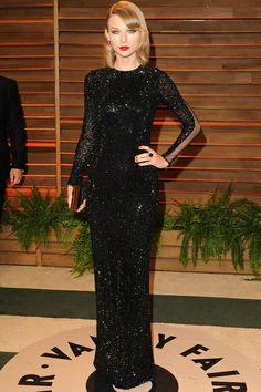La cantante country Taylor Swift lució un vestido negro de lentejuelas con manga larga de Julien Macdonald en la fiesta Vanity Fair.