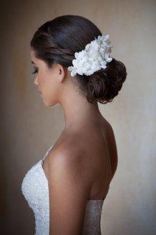 Peine de novia vintage con flores blancas cuentas con cristales, perlas y diamantes de imitación.