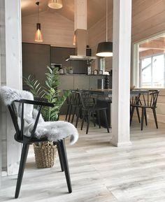 """37 tykkäystä, 1 kommenttia - 3D-sisustus Tilanna (@3dsisustustilanna) Instagramissa: """"Siinä pieni lepotauon paikka 🙂tämä on ihana tuoli, kun se istuu mihin vaan! 😍#pinnatuoli #rowico…"""""""
