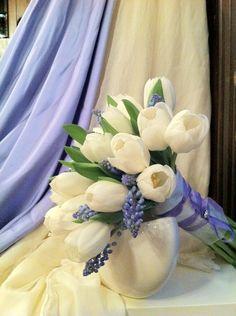 Ramo tulipanes <br/><br/> Bouquet realizado con tulipanes blancos y empuñadura a juego con el vestido de la novia