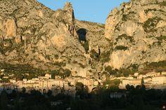 Moustiers-Sainte-Marie   (Alpes de Haute Provence Provence-Alpes-Côte d'Azur)  Tout près du Lac de Sainte-Croix et des Gorges du Verdon, Moustiers a posé ses maisons et ses ruelles animées dans l'échancrure d'un rocher. Connu et reconnu pour sa production de faïence, le village compte encore aujourd'hui une dizaine d'ateliers dédiés à sa création.