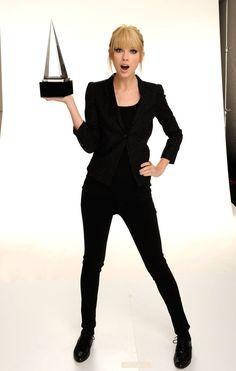 Pin for Later: Billboard ernennt Taylor Swift zur Frau des Jahres!  Taylor stellte ihren Gewinn zur Schau bei den American Music Awards im November 2010.