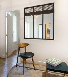 Une verrière entre un bureau et une chambre pour apporter de la la lumière à une pièce aveugle - Rénovation d'un appartement Art Déco dans un style nordique - Agence Avous - Architecture Intérieure - Paris