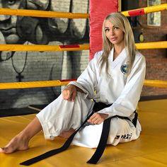 Taekwondo Girl, Karate Girl, Female Martial Artists, Martial Arts Women, Women's Feet, Blonde Beauty, Jiu Jitsu, Beauty Photography, Strong Women