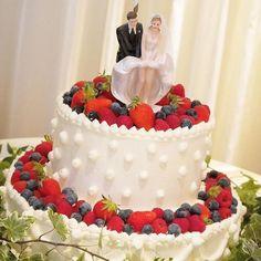 83f4ada7a85fc 卒花嫁「m.t.wedding」さまは側面のデザインが目を惹くケーキ