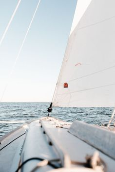 Summer boat vibes sailing out on the water. Spending the summer days afternoons evenings sailing out on the ocean. Beach Aesthetic, Summer Aesthetic, Blue Aesthetic, Hotel Am Strand, Pacific Crest Trail, Adventure Is Out There, Summer Vibes, Picture Photo, Picture Wall