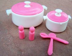Vintage Toys ,1978 Barbie Dream House Accessories , Dutch Oven , Salt and Pepper Shakers, Serving Spoons op Etsy, 13,89€