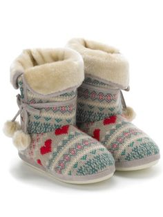 LOVE a good pair of slippers, these remind me of my muk luks, LOVE them... if only Allen didn't stretch them out!