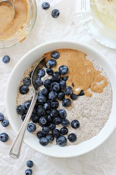 Filled With Vanilla, Cinnamon, Maple Syrup And Plenty Of Creamy Almond Butter, This Healthy Blueberry Almond Butter Chia Pudding Makes For An Excellent Breakfast Or Snack And Is Packed With Fresh Blueberries Gluten Free and Vegan Breakfast Desayunos, Perfect Breakfast, Breakfast Ideas, Quinoa Breakfast Bowl, Healthy Breakfast Recipes, Healthy Snacks, Healthy Recipes, Healthy Breakfasts, Healthy Dishes