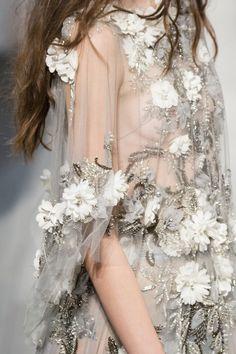 Marchesa Spring 2018 Fashion Show Details - The Impression Couture Mode, Style Couture, Couture Details, Couture Fashion, Runway Fashion, Fashion Show, Fashion Spring, Fashion News, Fashion Fashion