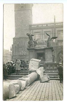 Zbouraný mariánský sloup na Staroměstském náměstí v roce 1918