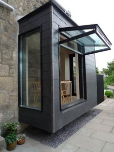 a vertically folding window that takes almost the whole wall opens the breakfast space to the outdoors window ideas Garden Room Extensions, House Extensions, Patio Windows, Glass Extension, Rear Extension, Sunroom Addition, Backyard Canopy, Window Wall, Open Window