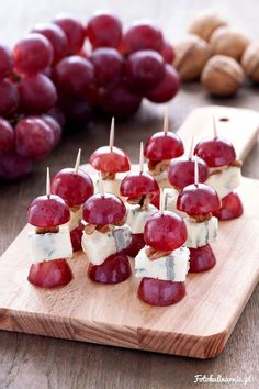 Gorgonzola Skewers with grapes, walnuts and honey – Finger food, Party food - Finger Food Party Finger Foods, Snacks Für Party, Finger Food Appetizers, Appetizers For Party, Appetizer Recipes, Aperitivos Finger Food, Party Food Platters, Tasty, Yummy Food