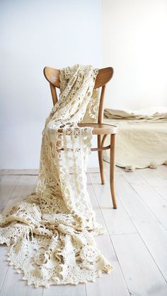 Vintage crocheted blanket with large flowers on ivory color. Of the 80s. Perfect for your bed or sofa.    Materials: acrilic yarn  Color: beige