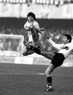 Inter Milan 1 Napoli 0 in Nov 1986 at the San Siro. Diego Maradona jumps for the ball in Serie A. World Football, Football Soccer, Solo Soccer, Diego Armando, Lionel Messi Barcelona, Football Images, Sports Photos, Big Men, Neymar