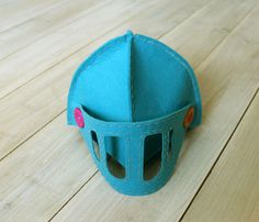 Worthy felted knight helmet for milords and ladies. Worthy felted knight helmet for milords and ladies. Diy Knight Costume, Knight Costume For Kids, Diy Mummy Costume, Diy Costumes For Boys, Family Costumes, Halloween Costumes For Kids, Baby Cupcake, Toothless Costume, Knights Helmet
