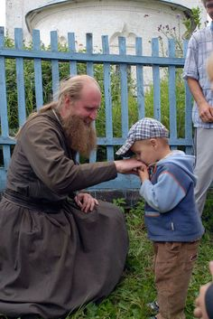 Reverence for the priests is very important for all the Orthodox Christians. Every time we see a priest, we humbly kiss his hand and we ask for his blessing. Orthodox Catholic, Orthodox Christianity, Catholic Art, The Kissing Hand, Prayer And Fasting, The Kingdom Of God, Spiritual Inspiration, Way Of Life, Priest