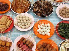 Khám phá khu chợ đêm Jonker Walk mở hàng tuần ở thành phố Melaka, Malaysia, bạn sẽ bắt gặp rất nhiều món ăn đường phố đa dạng và hầu như tất cả đều được bày biện thành những que xiên thế này.