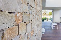 Terraza con muro de piedra exterior y lucernario en casa pasiva moderna | Chiralt arquitectos Valencia Hardwood Floors, Flooring, 3d Wall, Valencia, Walls, Curio Cabinets, Stone Facade, Modern Houses, Passive House