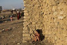 Una piccola rifugiata #afghana in una baraccopoli alle porte di #Islamabad, in #Pakistan