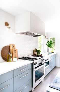 Never thought we'd say this, but this kitchen makes a strong case for no upper cabinets. It gives us all the kitchen remodel ideas we could ever ask for. Kitchen And Bath, New Kitchen, Kitchen Dining, Kitchen Decor, Kitchen Cabinets, Kitchen Ideas No Upper Cabinets, Kitchen Styling, Dining Decor, Kitchen Counters